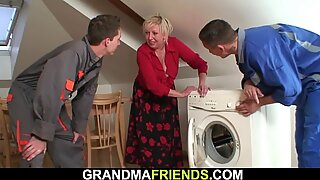 Ambing besar berambut pirang nenek naik dan menyebalkan pada saat bersamaan