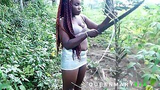 Je l'ai rencontrée dans le teuch en train de chercher du bois de chauffage pendant que je récoltais des fruits de palmier, je l'ai aidée et elle m'a récompensée avec une bonne baise