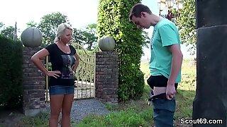 Mutter erwischt Stief-Sohn beim wichsen und hilft mit Fick