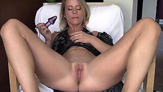 grimaces Skyla's culo plug Fun